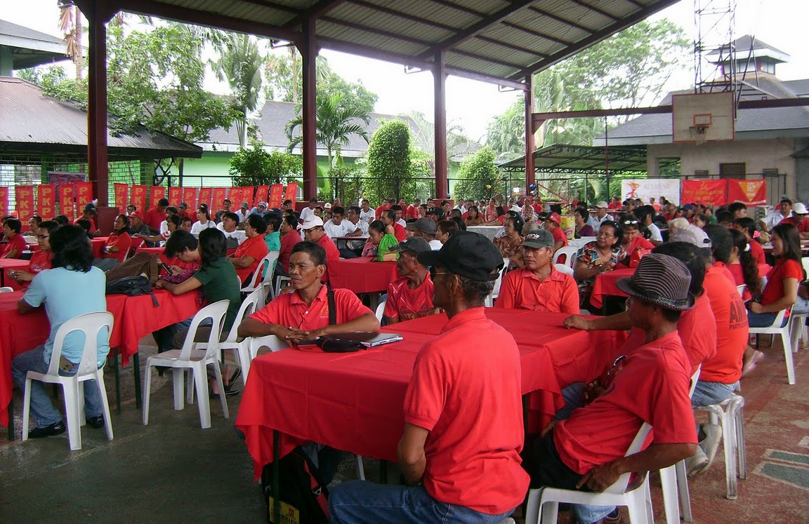 Члены Коммунистической партии Филиппин - участники митинга в честь 81-й годовщины основания партии