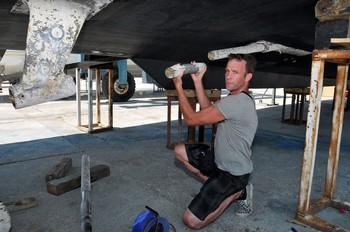 Шейн Диллон, капитан Saoirse, показывает повреждения на своем судне в турецком порте Гёджек