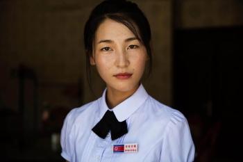 Работница гостиницы в Синыйджу.