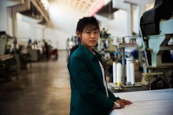 Работница пхеньянской ткацкой фабрики.