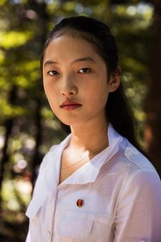Жители КНДР часто носят значки с изображениями исторических лидеров страны.