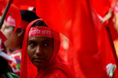 Бангладеш. Дакка. Рабочая на марше с требованием лучших условий  труда, увеличения рабочих мест, повышения зарплаты.