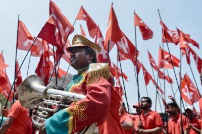 Индия. Бангалор. Рабочие и члены различных профсоюзов, одетые в красное, на демонстрации.