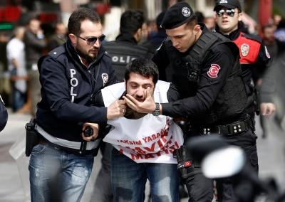 Турция. Полицейские арестовывают демонстранта, который хотел пройти на площадь Таксим на праздник Первого мая.