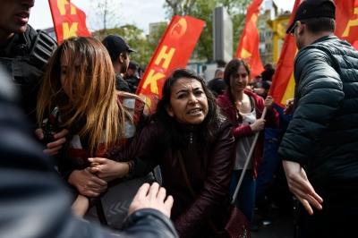 Стамбул. Люди идут на площадь Таксим, несмотря на запрет.