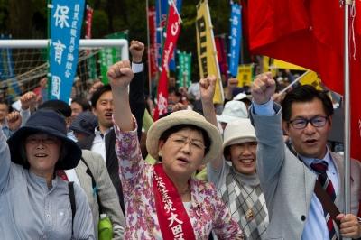 Япония. Токио. Демонстранты требуют покончить с переработками и отмены премьером Синдзо Абе плана изменения конституции, позволяющего вести военные действия за рубежом.