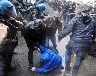 Турция. Стамбул. Столкновения демонстрантов с полицией.