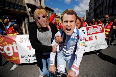 Франция. Марсель.Демонстранты в масках Макрона и его жены.