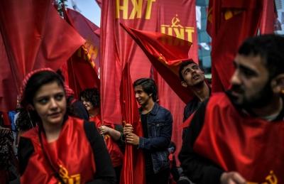 Турция. Демонстранты с флагами компартии Турции.