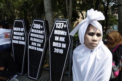 Гонконг. Женщина в костюме зомби и плакатами в виде крышек гробов протестует против тяжёлого положения мигрантов. В прошлом году в Гонконге умерло 137 мигрантов, работавших прислугой.