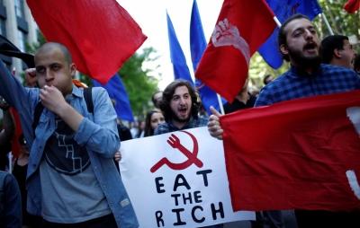 Грузия. Тбилиси. Студенты. Плакат «Ешь богатых».