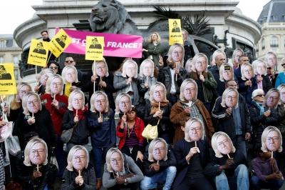 Франция. Протестующие в масках отца Марин Ле Пен с её причёской.