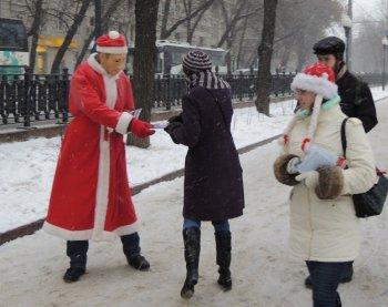 Дед Мороз в маске Путина раздал москвичам новогодние листовки. Новогодняя акция РОТ Фронта.