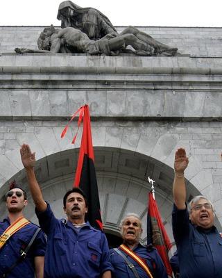 Фалангисты и сторонники Франко в Долиной павших (2006 г.)